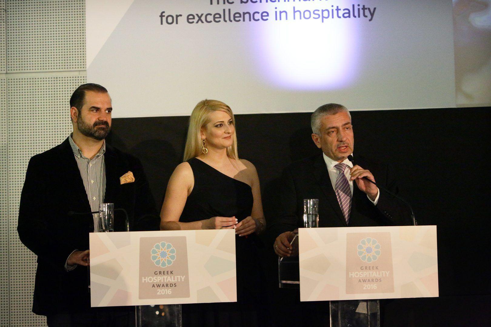 Oι παρουσιαστές της βραδιάς Σοφία – Αφροδίτη Βουλγαράκη & Χάρης Ντιγριντάκης μαζί με τον Κωνσταντίνο Ουζούνη