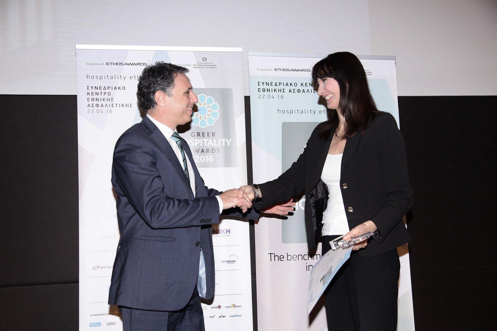 Η Έλενα Κουντουρά απονείμει το βραβείο Top Greek Hotel 2016 στο Ηotel Amirandes