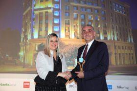 Κατηγορία Βest Greek New City Hotel_ GOLD  AWARD: Wyndham Grand Athens. Την βράβευση έκανε η  κα Ευριδίκη Κουρνέτα, Γενική Γραμματέας Τουρισμού στον κ. Γιώργο Μαργαρίτη, Γενικό Διευθυντή του Ομίλου Zeus International