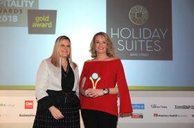 Κατηγορία Best Greek Boutique City Hotel_ GOLD  AWARD: Holiday Suites Arnis Street. Την βράβευση έκανε η  κα Ευριδίκη Κουρνέτα, Γενική Γραμματέας Τουρισμού στην κα Εμμανουέλα Μουσαμά, Experience  & Communication Director.