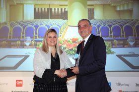 Κατηγορία Best Greek Business City Hotel_ SILVER  AWARD: Wyndham Grand Athens. Την βράβευση έκανε η  κα Ευριδίκη Κουρνέτα, Γενική Γραμματέας Τουρισμού στον κ. Γιώργο Μαργαρίτη, Γενικό Διευθυντή του Ομίλου Zeus International.