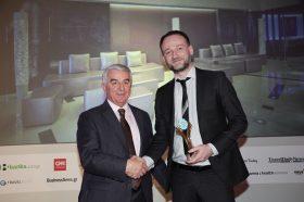 Κατηγορία Best Greek Design City Hotel_ GOLD AWARD: SAZ CITY LIFE. Την βράβευση έκανε ο κ. Αθανάσιος Μπούρας, Βουλευτής ΝΔ & Αναπληρωτής Τομεάρχης Οικονομίας & Ανάπτυξης, στον κ. Γιώργο Μόσιαλο, CEO και Ιδιοκτήτη.
