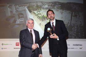 Κατηγορία Best Greek Heritage City Hotel_ GOLD AWARD: Aenos Hotel. Την βράβευση έκανε ο κ. Αθανάσιος Μπούρας, Βουλευτής ΝΔ & Αναπληρωτής Τομεάρχης Οικονομίας & Ανάπτυξης, στον κ. Νικόλαο Μεταξά, Owner.