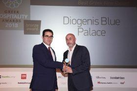 Κατηγορία Best Greek New Resort_ BRONZE AWARD: Diogenis Blue Palace. Την βράβευση έκανε ο κ. Ιωάννης Δημόπουλος, Διευθύνων Σύμβουλος του Ekdromi.gr, στον κ. Νικόλαο Κοτίδη, Εκπρόσωπο, Μπραϊτ Περιβάλλον Α.Ε.