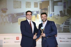Κατηγορία Best Greek Boutique Resort_ BRONZE AWARD: SERENITY BLUE HOTEL. Την βράβευση έκανε ο κ. Ιωάννης Δημόπουλος, Διευθύνων Σύμβουλος του Ekdromi.gr, στoν κ. Μιχάλη Ιατράκη.