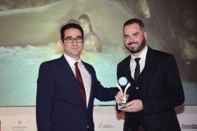 Κατηγορία Best Greek Romantic Resort_ GOLD AWARD: Kenshō Boutique Hotel & Suites. Την βράβευση έκανε ο κ. Ιωάννης Δημόπουλος, Διευθύνων Σύμβουλος του Ekdromi.gr, στoν κ. Νικόλαο Κατσαρό, Marketing Manager.