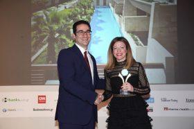 Κατηγορία Best Greek Green Resort_GOLD AWARD: AVRA IMPERIAL HOTEL. Την βράβευση έκανε ο κ. Ιωάννης Δημόπουλος, Διευθύνων Σύμβουλος του Ekdromi.gr, στην κα Αθηνά Χανιωτάκη, Διευθύνουσα Σύμβουλο.