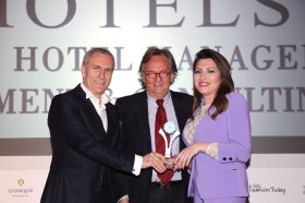 Κατηγορία Best Hotel Sales Representative Company_SILVER AWARD: Chnaris Hotel Management, Development & Consulting S.A. To  βραβείο παρέλαβαν η κα Έβελυν Σπύρου, PR & Communication Department και ο κ. Ζαχαρίας Χνάρης, CEO, Founder & President.
