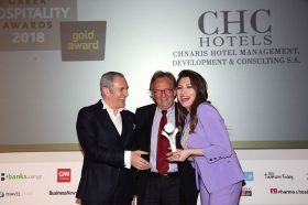 Κατηγορία Best Hotel Management Consultant_GOLD AWARD: Chnaris Hotel Management, Development & Consulting S.A.  To βραβείο παρέλαβαν η κα Έβελυν  Σπύρου, PR & Communication Department και ο κ. Ζαχαρίας Χνάρης, CEO, Founder & President.